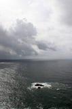 葡萄牙 Cabo da Roca 石头在灰色天空背景的,垂直的看法海洋 库存照片
