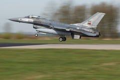 葡萄牙F-16着陆,在它弗里斯兰省人旗子的后` s使命 库存图片