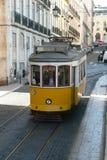 葡萄牙Lissabon外面黄色电车 库存图片