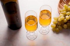葡萄白葡萄酒 在玻璃的白葡萄酒,瓶酒和 图库摄影