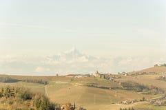 葡萄的美妙的看法在Barolo谷的秋天在背景中调遣与Monviso山 免版税图库摄影