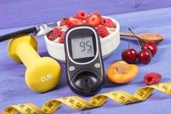 葡萄糖米,燕麦剥落用果子、哑铃和糖尿病的卷尺,概念,减肥和运动的生活方式 免版税库存照片