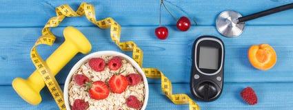 葡萄糖米,燕麦剥落用果子、哑铃和糖尿病的厘米,概念,减肥和健康生活方式 库存照片