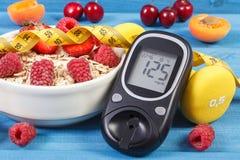 葡萄糖米,燕麦剥落用果子、哑铃和糖尿病的厘米,概念,减肥和健康生活方式 免版税库存照片
