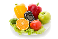 葡萄糖水平和健康有机食品的Glucometer 免版税库存照片