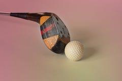 葡萄酒、古色古香的高尔夫球司机(轻击棒)和球 请检查俱乐部高尔夫球例证更多我投资组合炫耀 图库摄影