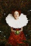 葡萄酒。减速火箭的胸部装饰的风格化红色头发妇女与绿色苹果计算机 库存图片