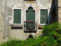 葡萄酒一个古典大厦的窗口和细节在histori的 图库摄影