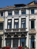 葡萄酒一个古典大厦的窗口和细节在histori的 免版税库存图片