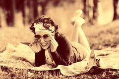葡萄酒一个女孩的乌贼属画象在夏天森林里 免版税库存照片