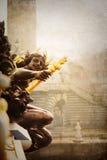 葡萄酒一个雕塑的样式照片在一座巴黎人桥梁的 免版税库存图片