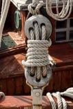 葡萄酒一条老风船的deadeye和绳索 免版税库存照片