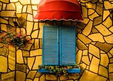 葡萄酒与五颜六色的快门和伞的餐馆窗口 库存照片