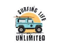 葡萄酒与减速火箭的woodie汽车的海浪象征 冲浪的生活无限的印刷术 包括的冲浪板、路和太阳标志 库存照片