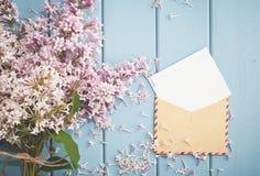 葡萄酒与卡片和丁香夏天花束的邮费信封  库存照片