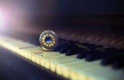 """葡萄酒与古色古香的怀表â€的钢琴钥匙""""计时概念 免版税库存图片"""