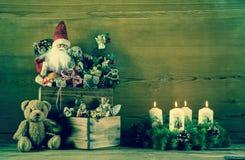 葡萄酒与圣诞老人的圣诞节装饰和出现缠绕求爱 免版税库存照片