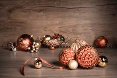 葡萄酒与圣诞节中看不中用的物品的圣诞节背景在木头 免版税库存照片