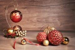 葡萄酒与圣诞节中看不中用的物品的圣诞节背景,文本空间 免版税图库摄影