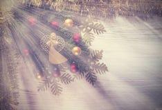 葡萄酒与天使的圣诞节背景,在木的装饰 图库摄影