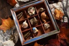 葡萄酒与微型材料收藏的样式静物画在求爱 免版税库存照片
