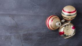 葡萄酒与拷贝空间的圣诞节装饰品 库存图片