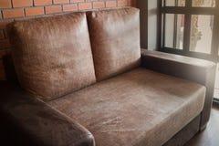 葡萄酒与棕色沙发的客厅内部 库存图片