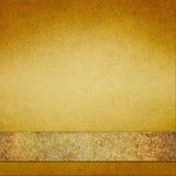 葡萄酒与棕色金丝带的金背景 库存照片