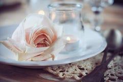 葡萄酒与灰棕色玫瑰的桌设置 免版税库存图片