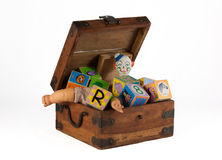 葡萄酒与玩偶、小丑和块的玩具箱 图库摄影