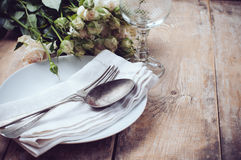 葡萄酒与玫瑰的桌设置 库存图片