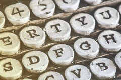 葡萄酒与石头被雕刻的钥匙的打字机细节 库存图片