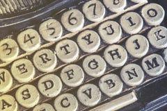 葡萄酒与石头被雕刻的钥匙的打字机细节 免版税图库摄影