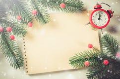葡萄酒与笔记本和时钟的圣诞卡 免版税库存图片