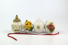葡萄酒与红色丝带的复活节彩蛋在白色背景 免版税图库摄影
