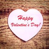 葡萄酒与纸心脏的情人节卡片在土气木ba 免版税库存照片
