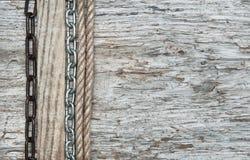 葡萄酒与绳索的难看的东西在木纹理的背景和链子 库存照片