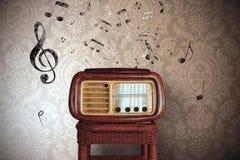 葡萄酒与老收音机的音乐笔记 免版税图库摄影