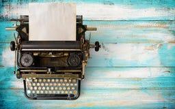 葡萄酒与老纸的打字机倒栽跳水 库存照片