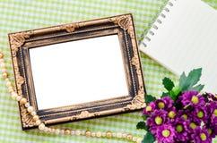 葡萄酒与花的照片框架在美丽的织品 免版税库存图片
