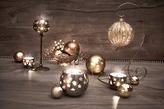 葡萄酒与蜡烛和圣诞节中看不中用的物品的圣诞节背景 免版税库存图片
