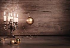 葡萄酒与蜡烛和圣诞节中看不中用的物品的圣诞节背景 免版税图库摄影