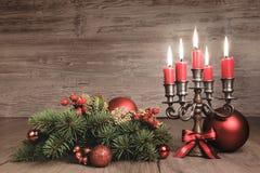 葡萄酒与蜡烛和装饰,文本的圣诞节背景 免版税库存图片