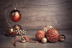 葡萄酒与蜡烛的圣诞节背景 免版税库存图片