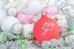 葡萄酒与足球运动员的圣诞节球圣诞节的装饰了ba 库存照片