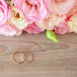 葡萄酒与金戒指和美丽的花的婚礼背景 库存照片
