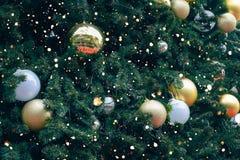 葡萄酒与金球装饰品和装饰的圣诞树 库存图片