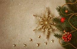 葡萄酒与金黄雪花的圣诞节背景 免版税库存图片