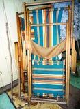 葡萄酒与镶边织品的草椅 库存照片