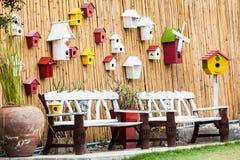 葡萄酒与鸟的嵌套的长凳和木头墙壁 库存图片
